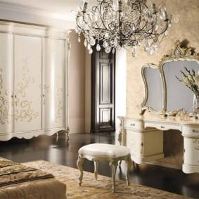 Классическая спальня с дорогой мебелью