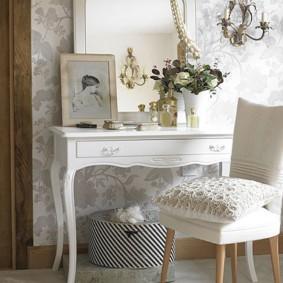Белая подушка на классическом стульчике