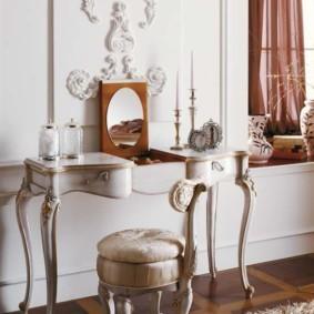 Маленький столик в комнате юной модницы