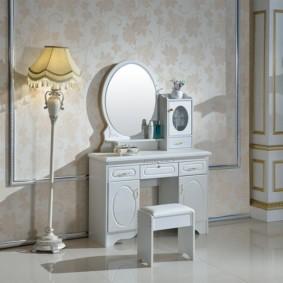 Напольный светильник для классической спальни