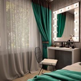 Изумрудные шторы в спальной комнате