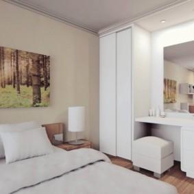 Картина известного художника над кроватью в спальне