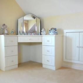 Угловой столик в детской спальне частного дома