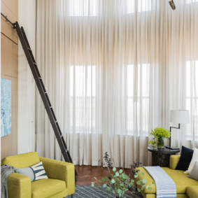 Приставная лестница в интерьере зала