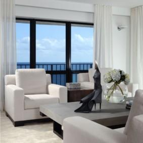 Белые шторы на большом окне
