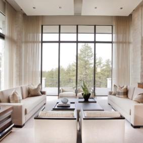 Панорамные окна в гостиной с высоким потолком