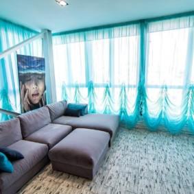 Бирюзовый тюль на окне гостиной