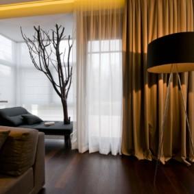 Зал частного дома с красивыми шторами