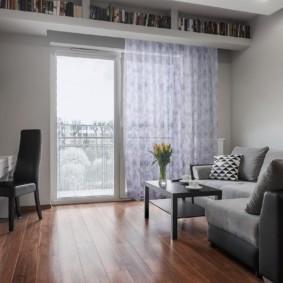 Легкая занавеска на окне с балконной дверью