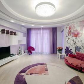 Сиреневые шторы в просторной гостиной