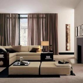 Дизайн зала с коричневыми шторами