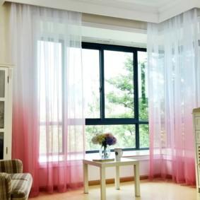 Розово-белые занавески из прозрачного материала