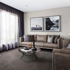 Модульные картины над диваном в зале
