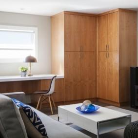 Встроенный угловой шкаф в интерьере гостиной