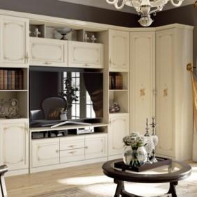 Гостиная с угловым шкафом в классическом стиле