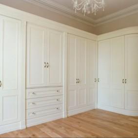 Белые фасады углового шкафа