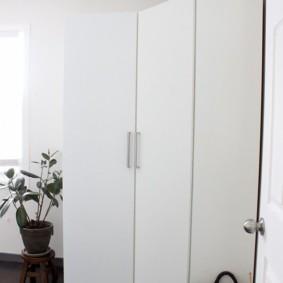 Гладкие дверцы платяного шкафа