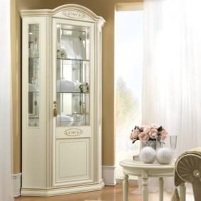 Небольшой угловой шкаф с зеркальной стенкой