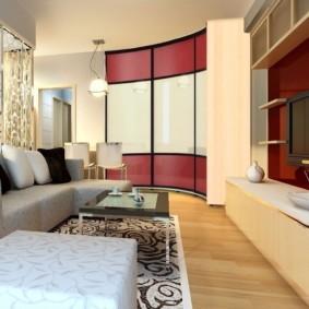 Мягкая мебель на ковре в гостиной