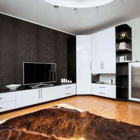 Белые фасады мебели в гостиной