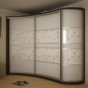 Матовые стекла на раздвижных дверях шкафа