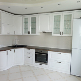 Двухкамерный холодильник с белыми дверцами
