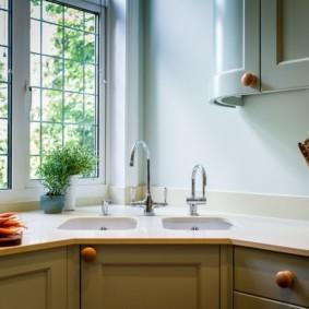 Двойная мойка перед окном кухни
