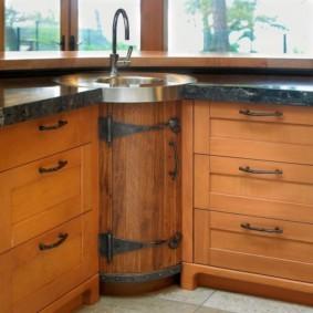 Стильная дверка под бочку на кухонной тумбе