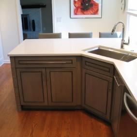 Белая столешница с кухонной мойкой