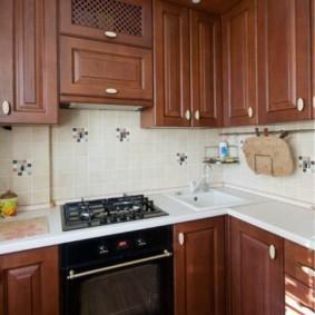 Газовая плита около кухонной мойки