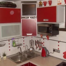 Рейлинги на кухонном фартуке белого цвета