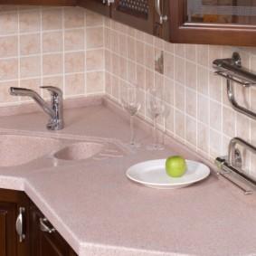 Полотенцесушитель на керамическом фартуке кухни