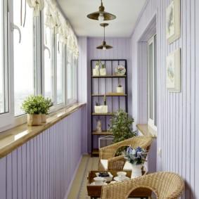 Уютное место для отдыха на благоустроенном балконе