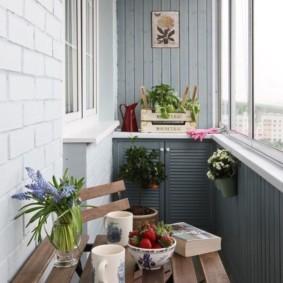 Столик из дощечек для чаепития на балконе