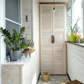 Шкафчик в торце балкона в однокомнатной квартире