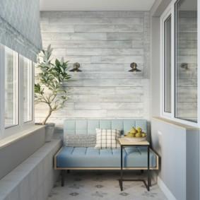 Небольшой диванчик на уютном балконе