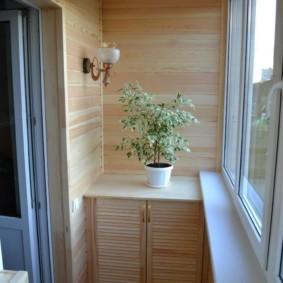 Деревянная тумба с комнатным цветком