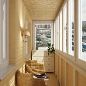 Отделка балкона в бежевых тонах