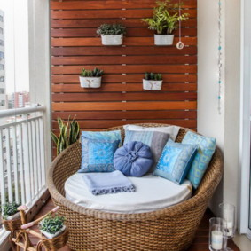 Мебель из влагостойкой древесины для размещения на балконе