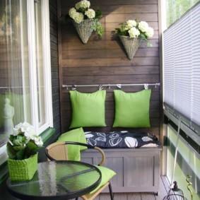 Зеленые подушки в качестве спинок диванчика