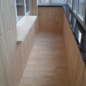 Деревянный пол на балконе с пластиковыми окнами