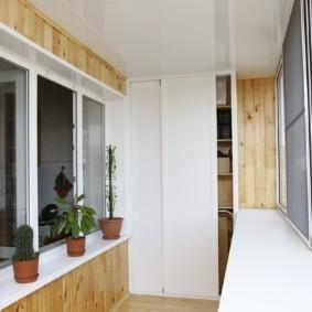 Белый шкаф с раздвижными дверцами