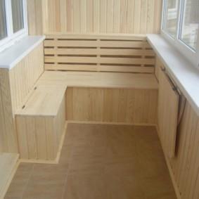 Ящик для овощей на балконе с деревянной отделкой