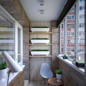 Длинные контейнеры с зеленью на полках балкона