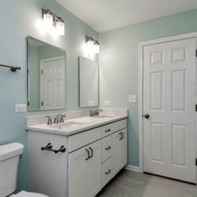 Светлая ванная комната с двумя умывальниками
