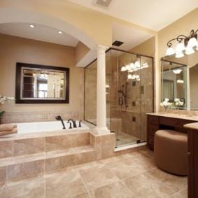 Арка с колоннами в интерьере ванной
