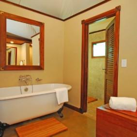 Квадратной зеркало в деревянной раме