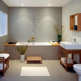 Деревянная мебель в ванной частного дома