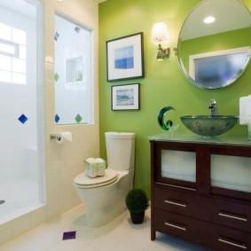 Круглое зеркало на зеленой стене