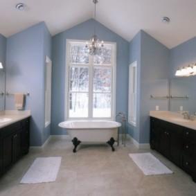 Белая ванна в комнате с окном